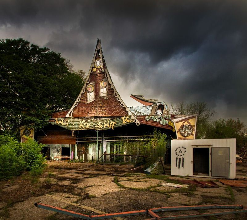 Amusement park_Lawless_fallen shack